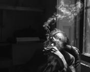 Steve Cannon, poeta cieco, é ritratto nel suo ufficio a A Gathering of the Tribes, galleria che ha fondato nel 1991, velocemente trasformatasi in uno dei poli di produzione artistica e poetica dell'East Village. New York, 2014